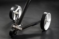 Elektrocaddy breiter Radstand für besondere Kippsicherheit.
